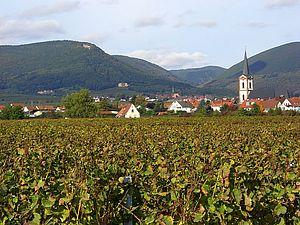 Edesheim (im Hintergrund Schloss Villa Ludwigshöhe und Rietburg)