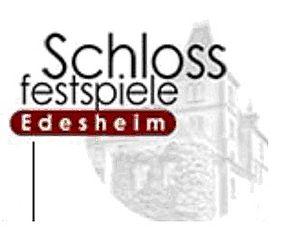 Logo der Schlossfestspiele sowie Bild der Zuschauerränge mit Seebühne und Schlosskulisse